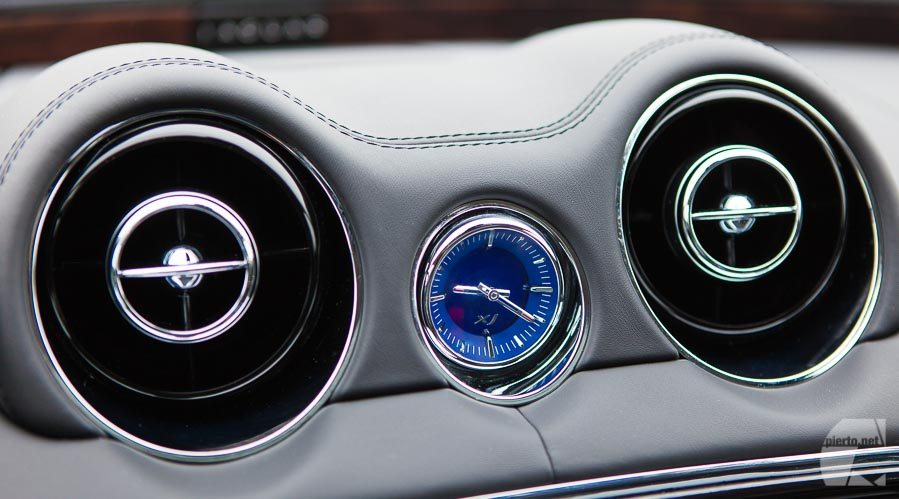 Photo vidéo auto moto : horloge tableau de bord de Jaguar XJ bleue