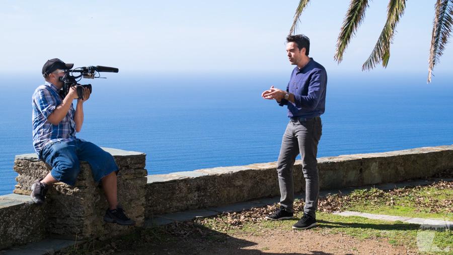 """Grégory Galiffi en plein tournage """"A vos Région"""" sur la place de Canari (Cap Corse)"""