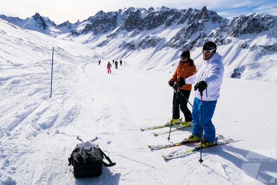 Tournage drone Savoie : prêt au décollage pour un suivi sur nos skieurs/acteurs/vedettes